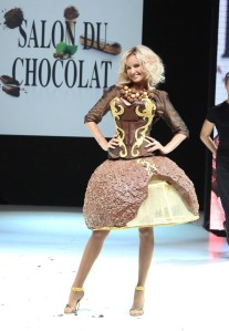 Adriana-Karembeu-au-defile-du-salon-du-chocolat-a-Paris-le-30-octobre-2012_portrait_w674